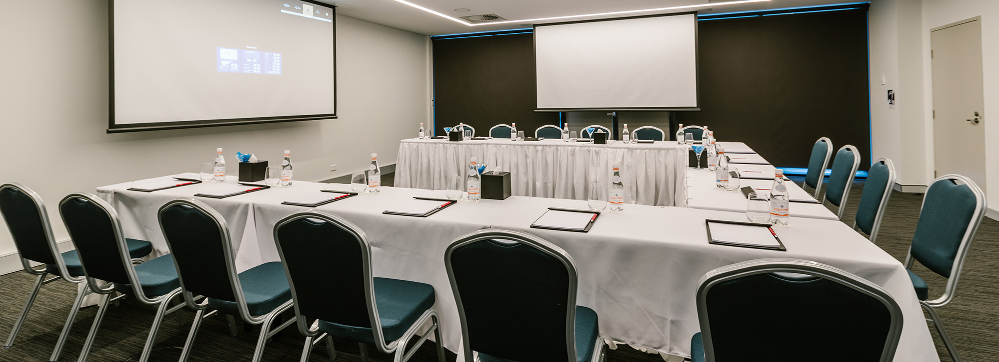 U型会议布置容纳24位宾客